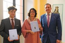 """Überreichung von Band 3 """"Glauben und Wissen"""" an Präsidentin Prof. Dr. Gabriele Gien durch Stephan ley (re.) und Prof. Dr. Veit Neumann"""